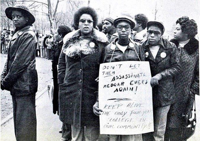 Arquivos de História Digital da CUNY: Demonstração em Albany, 1976, quando cortes no orçamento ameaçavam o Medgar Evers College.